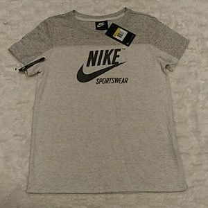 Women's Nike short sleeve shirt.